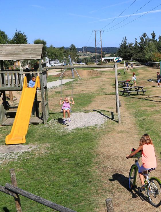Aire de jeux au camping Les Sous-bois du lac en Lozère